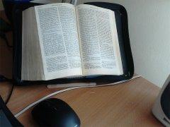 Pismo Święte na moim biurku w mojej celi zakonnej